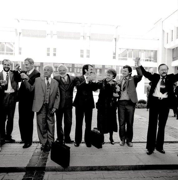 Lietuvos centrinio valstybės archyvo nuotr./Lietuvos Persitvarkymo Sąjūdžio atstovai prie Aukščiausiosios Tarybos rūmų, kai buvo priimtos Lietuvos SSR Konstitucijos pataisos, dėl Lietuvos SSR įstatymų viršenybės prieš SSRS įstatymus