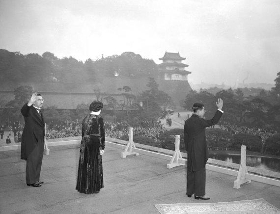 """""""Reuters""""/""""Scanpix"""" nuotr./Princas Akihito šalia Imperatoriaus Hirohito ir jo žmonos Nagako 1952 m."""