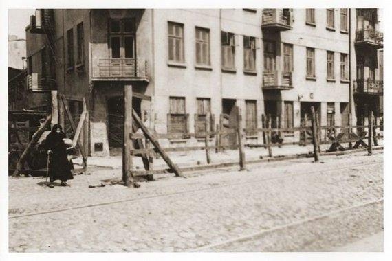 """JAV Holokausto memorialo muziejaus nuotr./Įėjimas į """"čigonų stovyklą"""" Lodzės gete"""