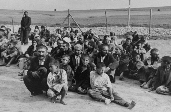 JAV Holokausto memorialo muziejaus nuotr./Romų tautybės kaliniai Belžeco priverstinio darbo stovykloje