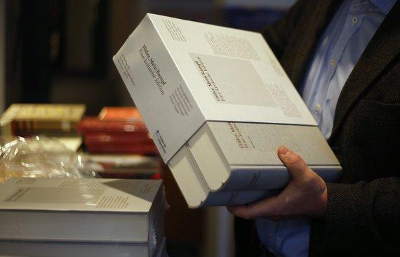 """""""Reuters""""/""""Scanpix"""" nuotr./Naujas Hitlerio knygos """"Mano kova"""" leidimas su istorikų komentarais Vokietijos knygynuose"""