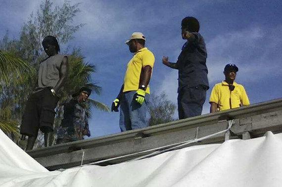"""""""Scanpix""""/AP nuotr./Papua Naujosios Gvinėjos policija pradėjo pabėgėlių iškeldinimą iš stovyklos Australijoje"""