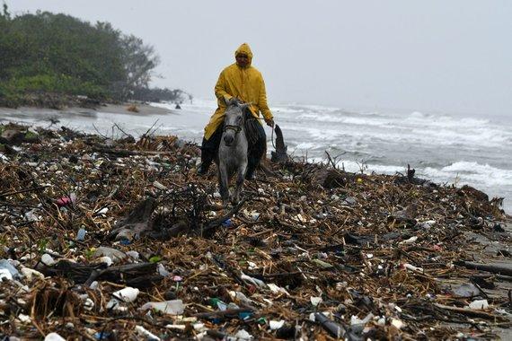 """AFP/""""Scanpix"""" nuotr./Plastiko šiukšlėmis užteršta Hondūro pakrantė"""