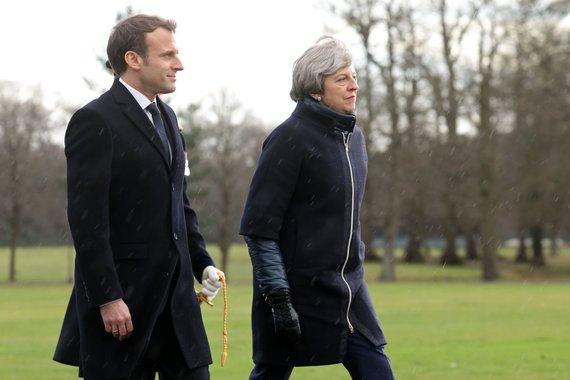"""AFP/""""Scanpix"""" nuotr./Britų premjerė Th. May sutiko savo kolegą prancūzą E. Macroną"""