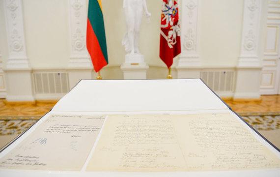 LR Prezidentūros kanceliarijos R.Dačkaus nuotr./Vasario 16-osios aktas perduotas Lietuvai