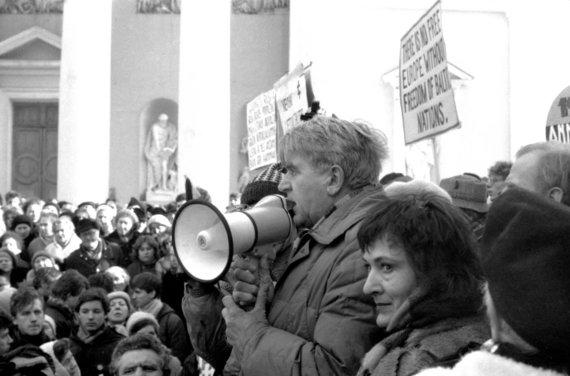 P.Lileikio nuotr./Lietuvos laisvės lygos mitingas, skirtas parodyti į Lietuvą atvykusiems Europos Parlamento nariams, kad Lietuva siekia visiškos nepriklausomybės. Kalba Antanas Terleckas. Vilnius, Gedimino (dabar – Katedros) aikštė. 1989 m.