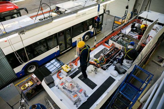 """Sauliaus Žiūros nuotr./Gamykloje """"Solaris Bus & Coach S.A"""" gaminami troleibusai Rygai"""