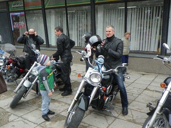 A. Grygelaičio nuotr./Ant motociklo sėda ir Vilkaviškio seniūnas R.Kurauskas