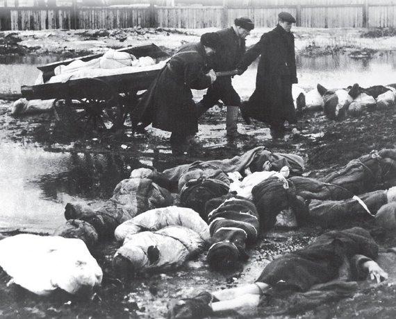 """Leidyklos """"Briedis"""" nuotr./Leningrado blokada. Mirusių gatvėse suvežimo """"punktas"""""""