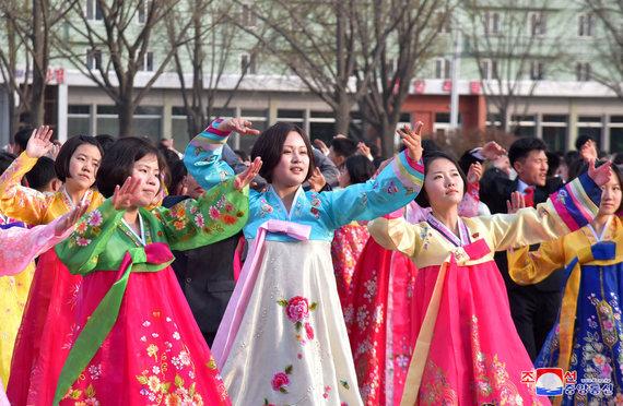"""""""Reuters""""/""""Scanpix"""" nuotr./Šiaurės Korėja šokiais mini velionio šalies Kim Jong Ilo dieną"""