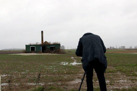 A. Dovydaitytės nuotr./Aleksandras Belinskis filmuoja sudegusį namą Kėdainių rajone, Terespolio kaime