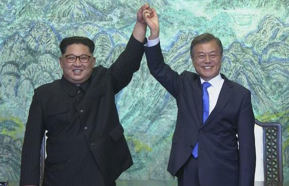 """""""Scanpix""""/AP nuotr./Šiaurės ir Pietų Korėjos lyderiai: Kim Jong Unas ir Moon Jae-inas"""