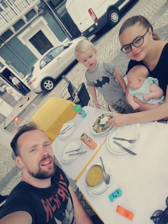 Asmeninio albumo nuotr./Gintarė Valaitytės, Vytautas Bikus su vaikais