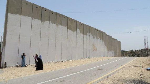 Giedrės Steikūnaitės nuotr./Šią 800 km ilgio sieną Tarptautinis teisingumo teismas Izraeliui dar 2004 m. įsakė nugriauti, tačiau Izraelis nuosprendžio nepaiso ir sieną toliau stato