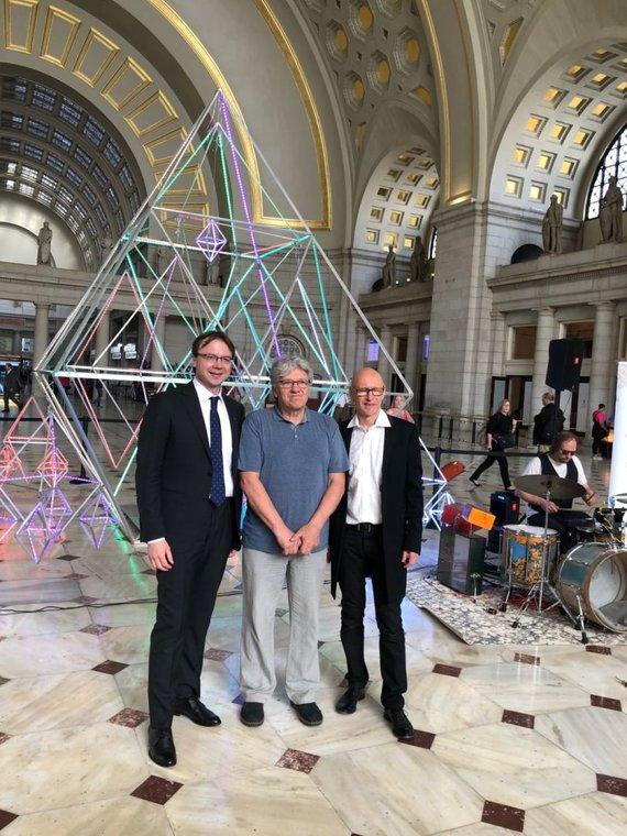 Gražinos Michnevičiūtės nuotr./Ray Bartkus su ambasadoriumi Rolandu Kriščiūnu ir instaliacijos meistru Algimantu Vaitoniu (viduryje)
