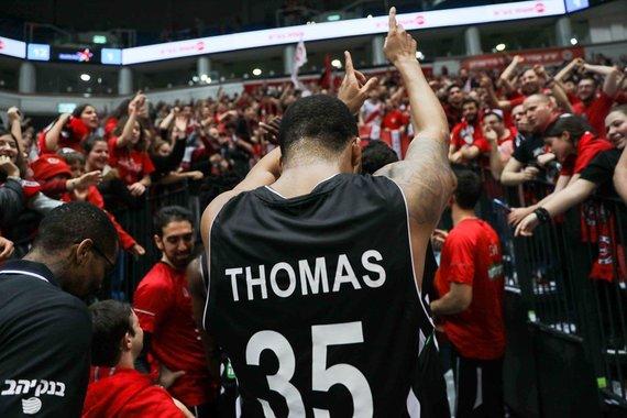 """FIBA nuotr./TaShawnas Thomasas ir Jeruzalės """"Hapoel"""" sirgaliai"""