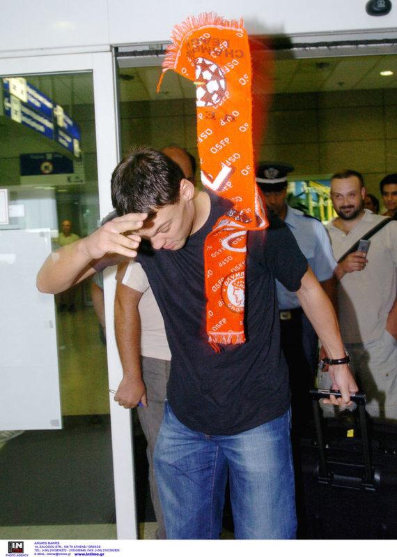 """Argiris Makris, intime.gr nuotr./Š.Jasikevičiaus nesujaudino """"Olympiakos"""" gerbėjo pasitikimas Atėnų oro uoste 2007-ųjų vasarą"""