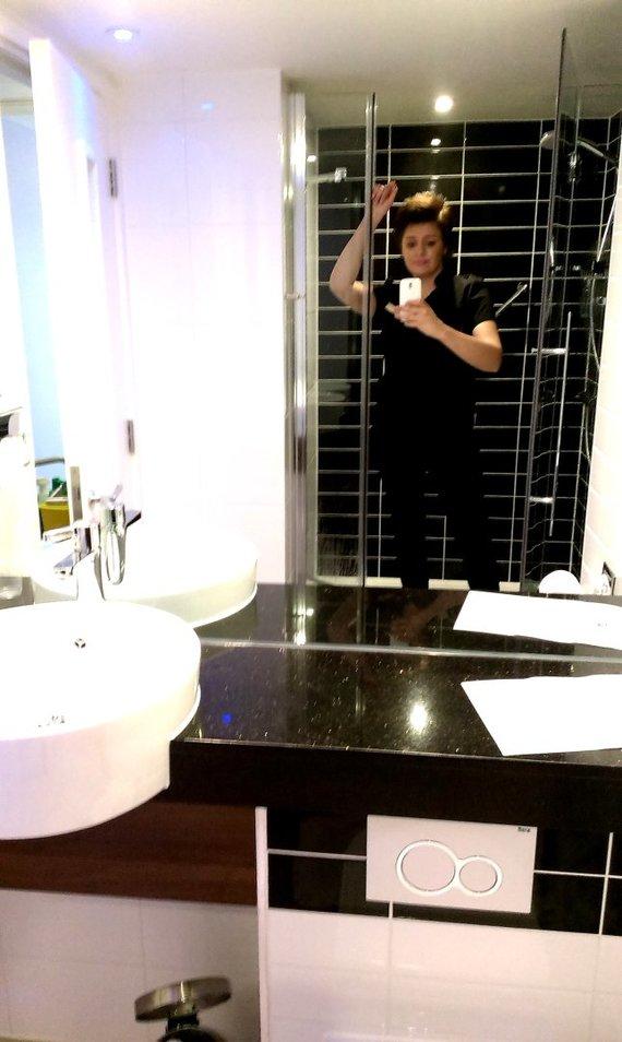 Viešbučio vonia ir įspūdingasis veidrodis per visą sieną, kurio kiekvienas kampelis turi tviskėti, o ant plytelių nesimatyti valymo žymių.