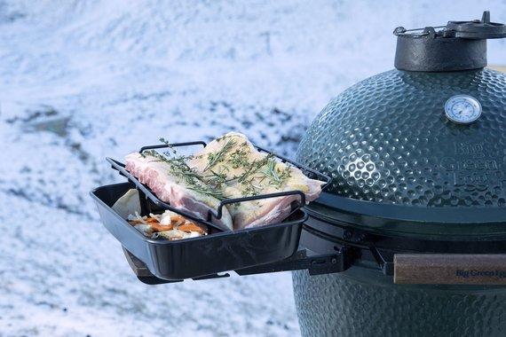 """Partnerio nuotr./""""Big Green Egg"""" kepsinę galima naudoti ir žiemą"""