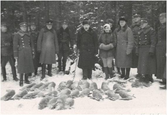 Kęstučio Markevičiaus arch. nuotr./Medžioklės sezono baigiamoji medžioklė Davalgonių miškelyje. Šalia prezidento – jo dukra Marija.