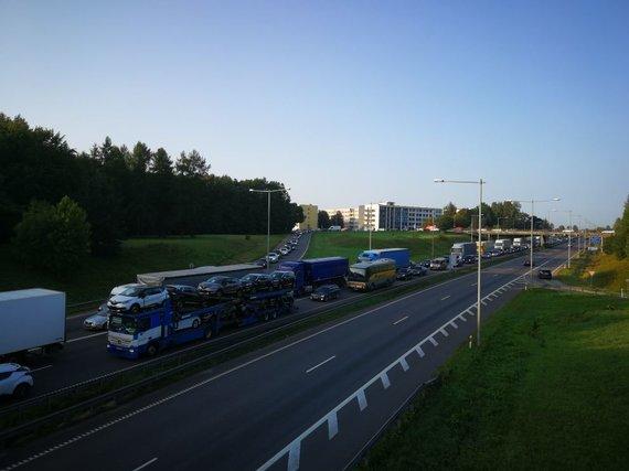 Dainiaus Šerono nuotr./Kaune dėl remontuojamo tilto nusidriekia automobilių spūstys