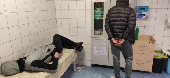 Karolinos Stažytės nuotr./Naktis su Kauno policija: sučiuptas girtas vairuotojas ir du narkotikais bandę atsikratyti jauni vyrai
