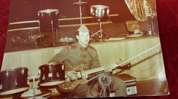 Gintaro Jakelio asmeninio albumo nuotr./Gitaros mokytojas Gintaras Jakelis armijoje