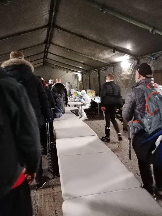 Skaitytojo Giedriaus nuotr./Mėginių, skirtų ištirti koronavirusą, ėmimas Vilniaus oro uoste