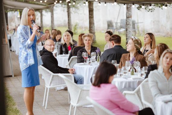"""""""Monte Pacis"""" nuotr./Indrė Ramanauskienė pristato svečiams vakarienės idėją"""