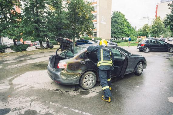 Skaitytojo Manto nuotr./Daugiabučio kieme Kaune sudegė automobilis