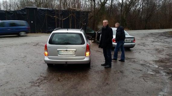 Skaitytojo Aivaro nuotr./Nepagarba BMW vairuotojams: vyras nusišlapino ant automobilio