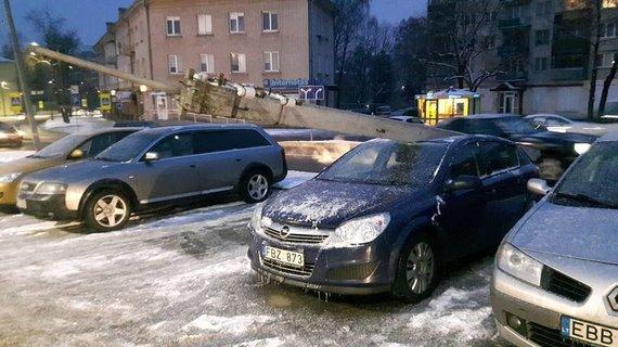 """""""Kur stovi policija Kaune"""" nuotr./Kaune """"VW Polo"""" įsirėžus į stulpą, šis užgriuvo ant stovėjusio """"Opel"""""""