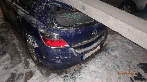 """Kauno apskrities VPK nuotr./Avarija Kauno R.Kalantos g.: """"VW Polo"""" rėžusis į stulpą, šis užkrito ant """"Opel"""""""
