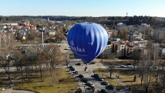 Stop kadras iš filmuotos medžiagos/ Saksofonistas užgrojo oro balione