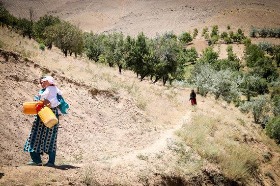 Pauliaus Ramanausko/15min nuotr./Kol neįrengta drėkinimo sistema, šios moterys nešioja vandenį laistymui kalnų takeliais