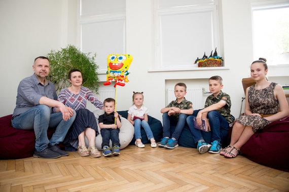 Mariaus Vizbaro / 15min nuotr./Daugiavaikė šeima išradingai augina penkis vaikus