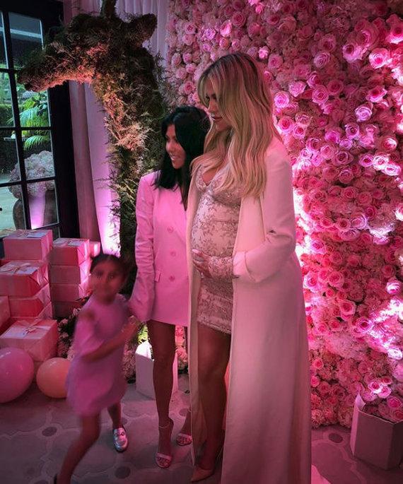 Instagram nuotr./Kim Kardashian ir Khloe Kardashian