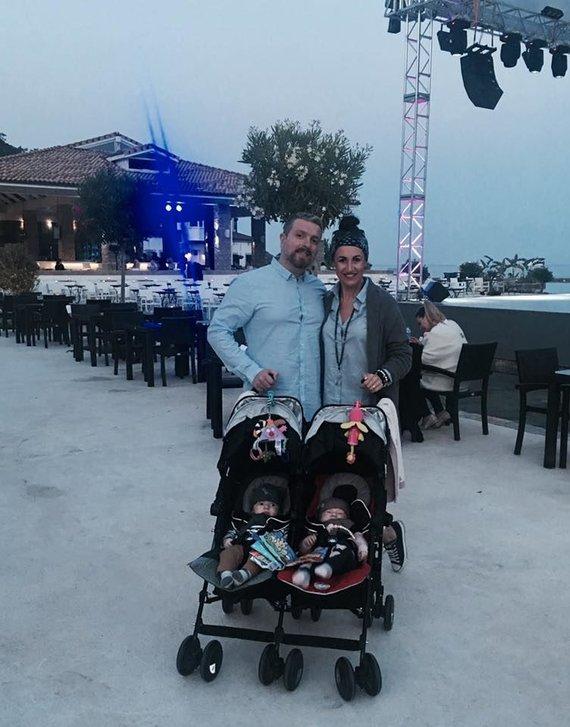 Asmeninio albumo nuotr./Katažina ir Deivydas Zvonkai su vaikais Turkijoje