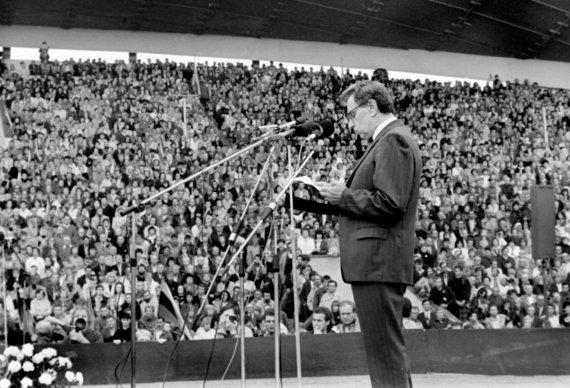 Vytauto Daraškevičiaus nuotr. /Justinas Marcinkevičius 1988 m. rugpjūčio 23 d. Sąjūdžio mitinge Vingio parke