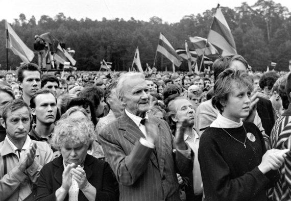 Vytauto Daraškevičiaus nuotr. /1988 m. rugpjūčio 23 d. Sąjūdžio mitingas Vingio parke