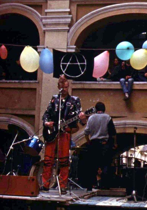 Vaidoto Ūkelio nuotr./1988 m. Vilniaus Alumnato kiemelyje įvykęs pankroko koncertas