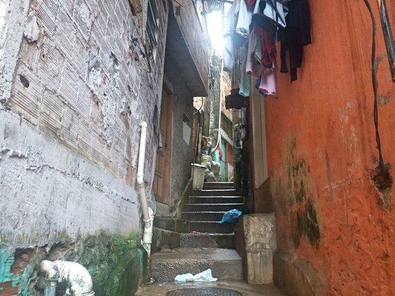 Ugniaus Antanavičiaus nuotr./Tipinė favelos gatvė, tiksliau – siauras praėjimas