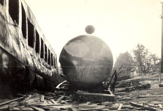 Kaišiadorių muziejaus nuotr., saugoma Kaišiadorių muziejuje/Cisterna ir įstrigęs vagonas