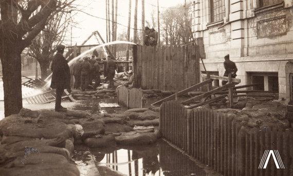 Fotografija iš www.archivesofculture.com /Gaisrininkai pumpuoja vandenį
