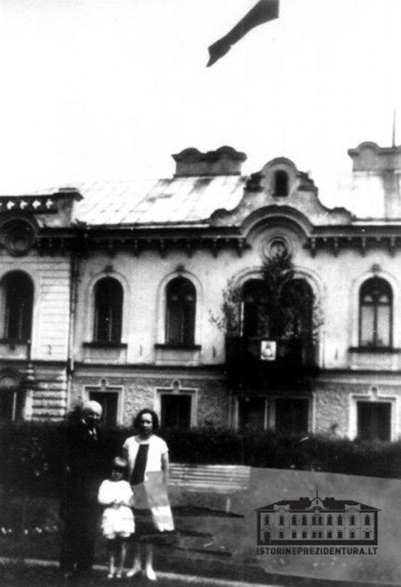 Istorineprezidentura.lt nuotr./Aleksandras Stulginskis su šeima Prezidento rūmų sodelyje. Kaunas, 1925–1926 m.