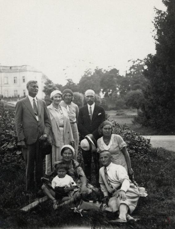 virtualios-parodos.archyvai.lt nuotr./Kazys Grinius su šeima ir draugais poilsiauja grafo Tiškevičiaus parke Palangoje