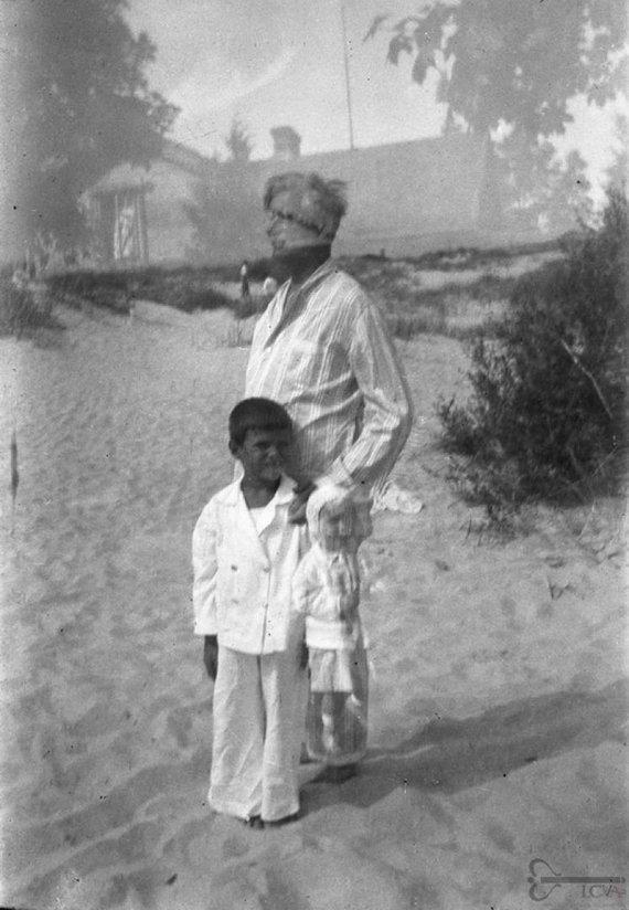 virtualios-parodos.archyvai.lt nuotr./Kazys Grinius su sūnumi atostogauja Palangoje
