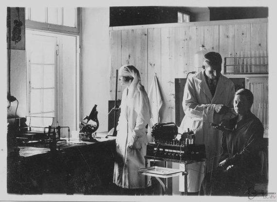 virtualios-parodos.archyvai.lt nuotr./Gydytojas psichiatrinės ligoninės teritorijoje apžiūri pacientę, 1934 m.