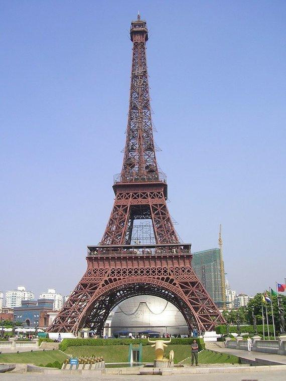 Wikimedia Commons nuotr./Eifelio bokštas Kinijoje, pramogų parke