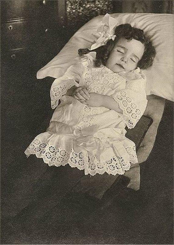 Wikimedia vartotojo Boatswain88 nuotr. / CC BY-SA 3.0/Pomirtinė mergaitės nuotrauka, daryta apie 1870 m.